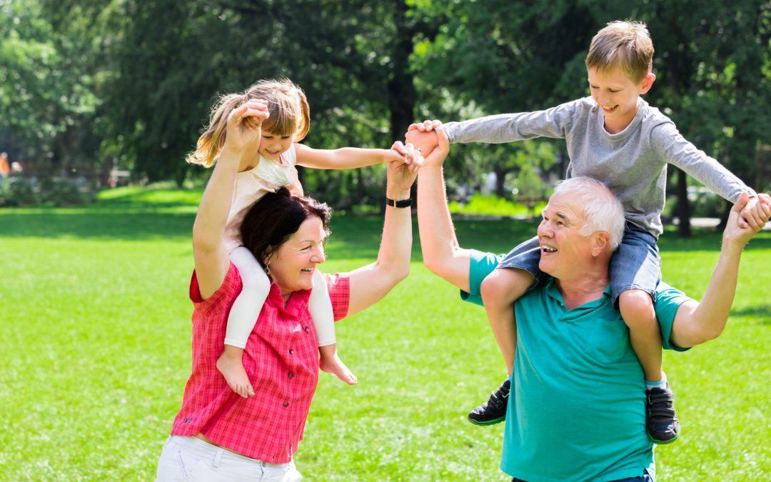 Gelukkige grootouders sportief bezig met kleinkinderen