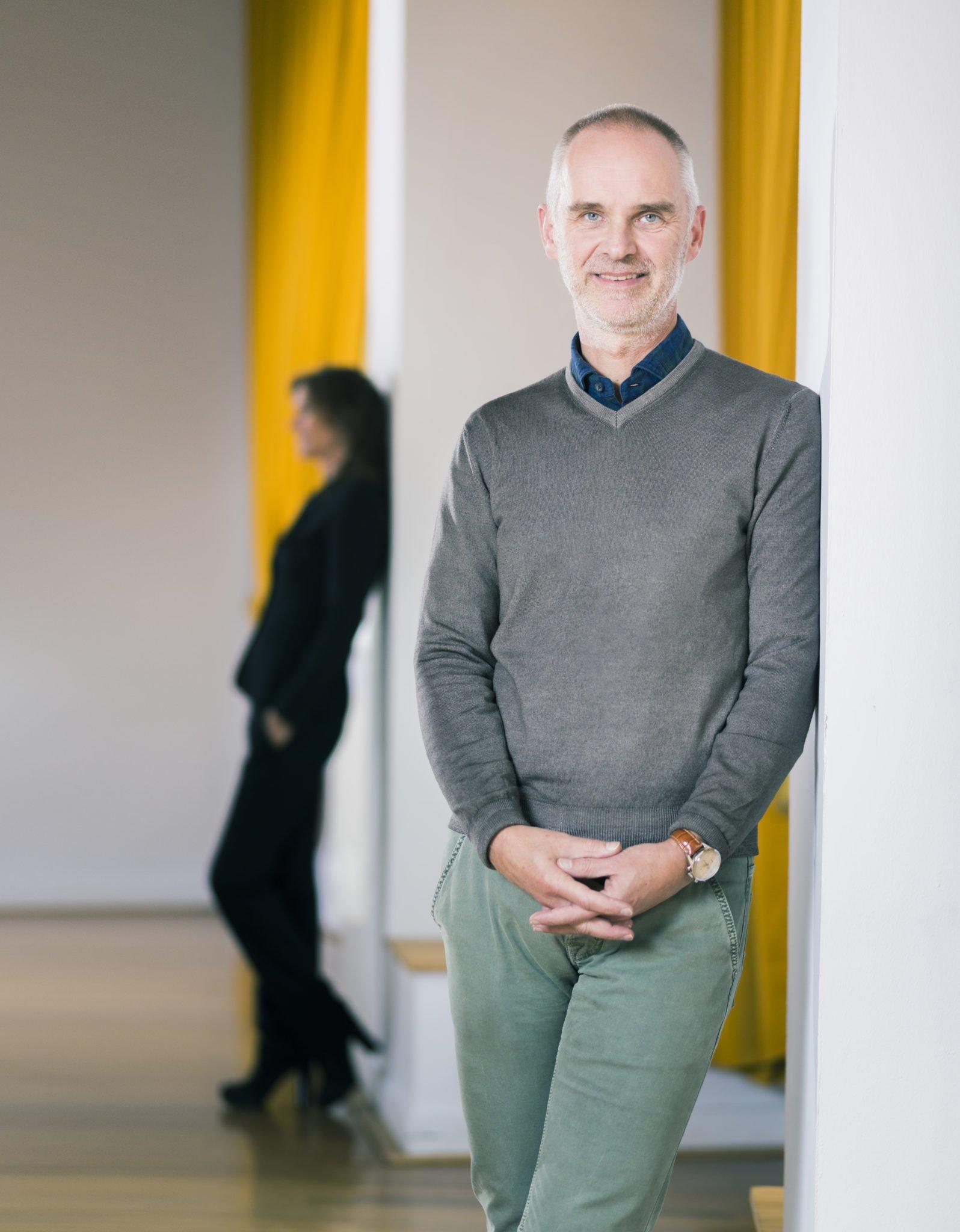Hanno Pijl met Pascale Neassens op achtergrond
