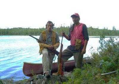 Bert Poffé bij kajak met inheemse bewoner