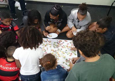 Kinderen zijn bezig met een voedingsspel