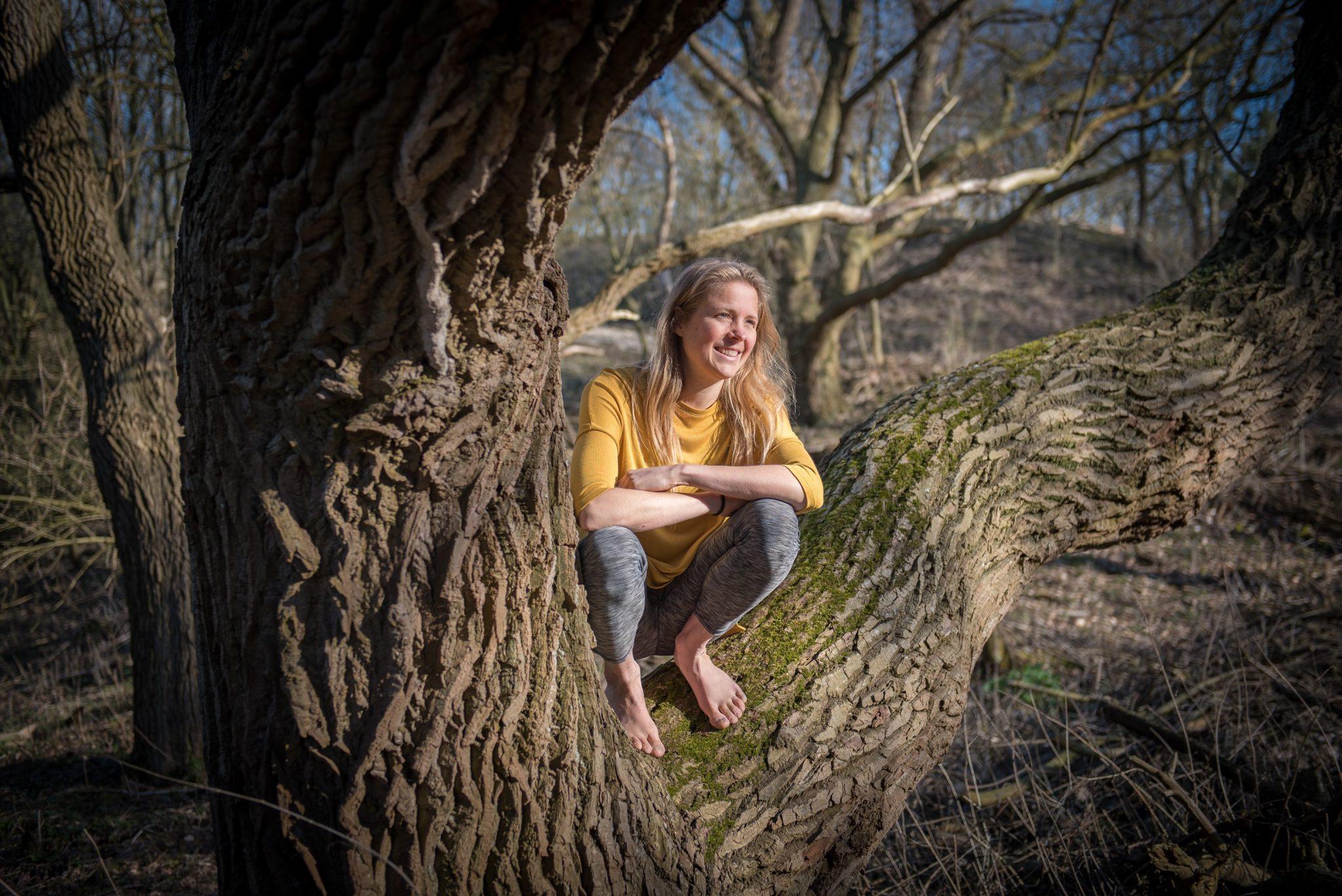 Linde Logtenberg Natuurlijk gezond hurkzit in boom op blote voeten