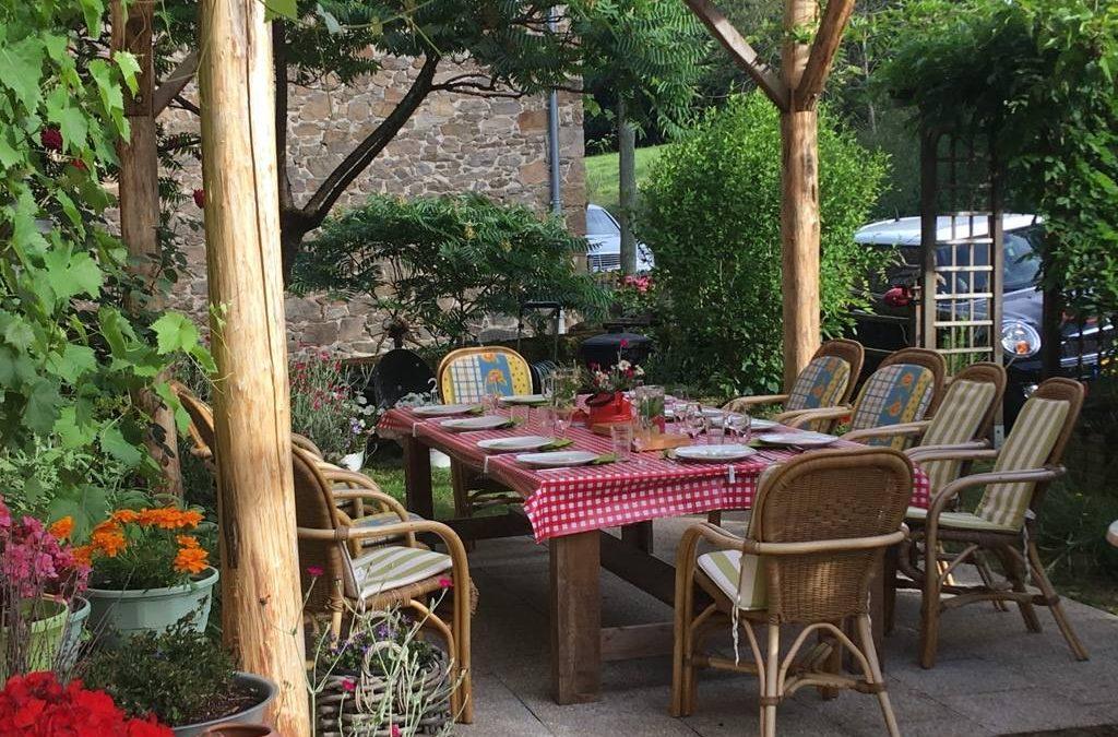 Gedekte eettafel buiten Leefstijl Reset week in Le moulin de Badassat Frankrijk