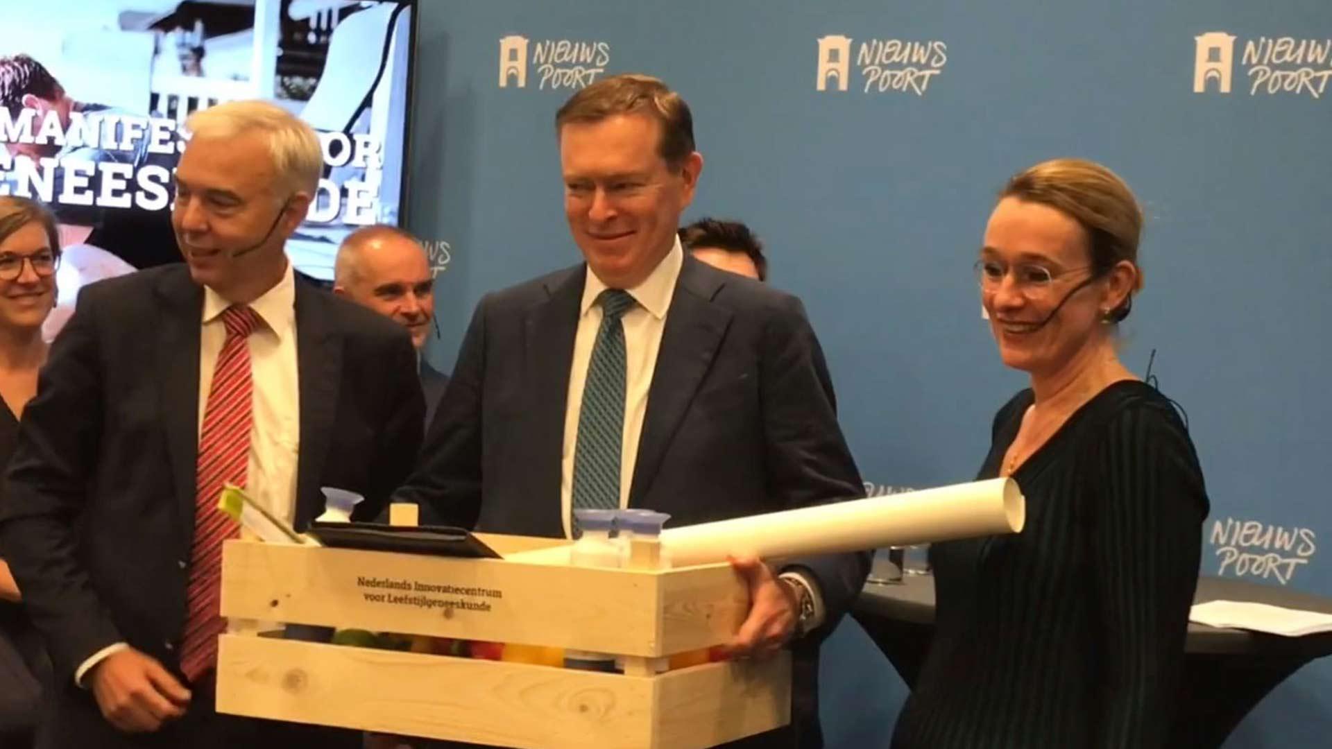 Het manifest voor Leefstijlgeneeskunde overhandigen aan Minister Bruins
